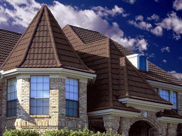 Пример удачного сочетания металлочерепицы с архитектурными особенностями строения