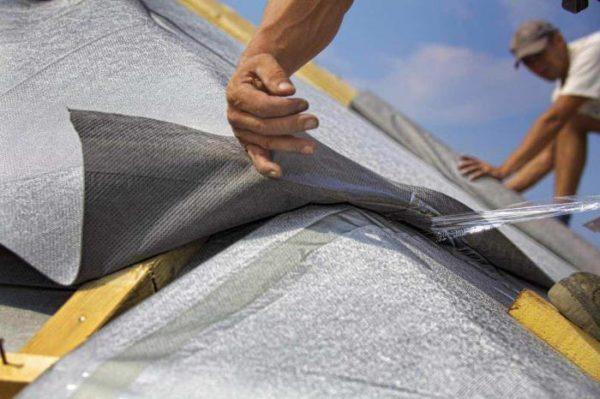 В месте нахлеста полотен стоит клеить две полосы липкой ленты