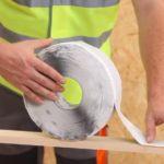 Специалисты рекомендуют приклеить уплотнительную ленту к нижней части реек контробрешетки