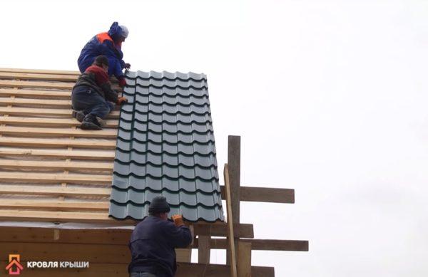 Первый лист выравнивают по торцу крыши