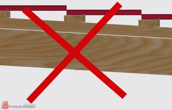 Саморезы нельзя прикручивать слишком близко к краю доски обрешетки