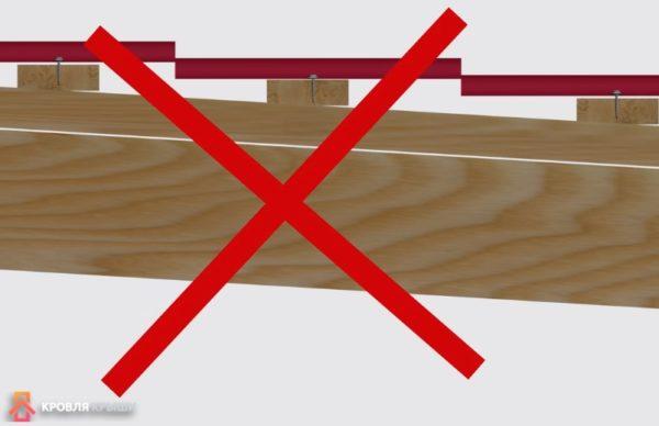 Еще одна ошибка. Саморезы располагаются в середине волны по длине или снизу в нижней части ступеньки