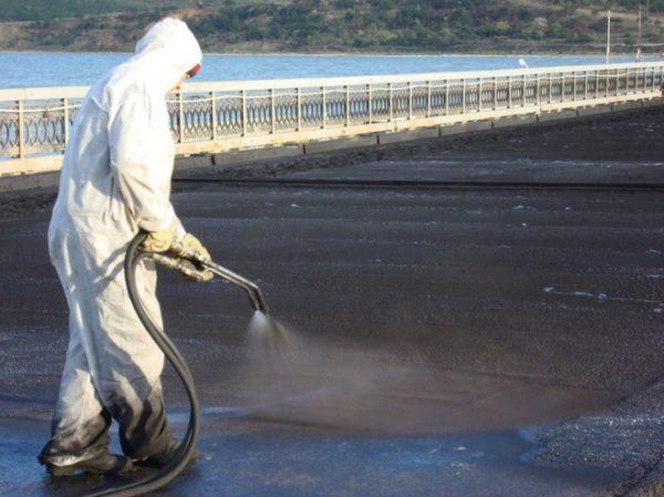 Распыление битумной мастики