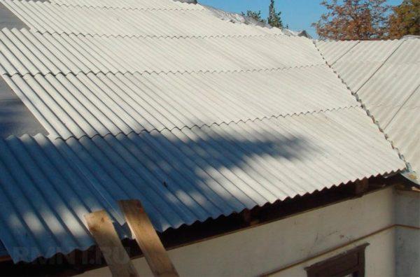 Шиферные крыши часто делают на хозпостройках