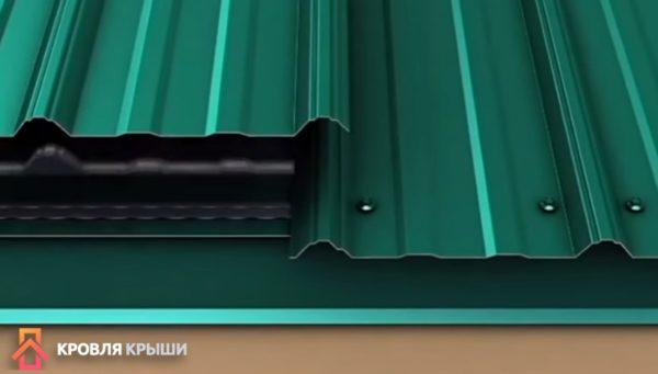 Под лист профнастила укладывают уплотнитель