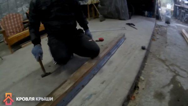 Изготовление капельника путем сгибания листа металла ударами молотка