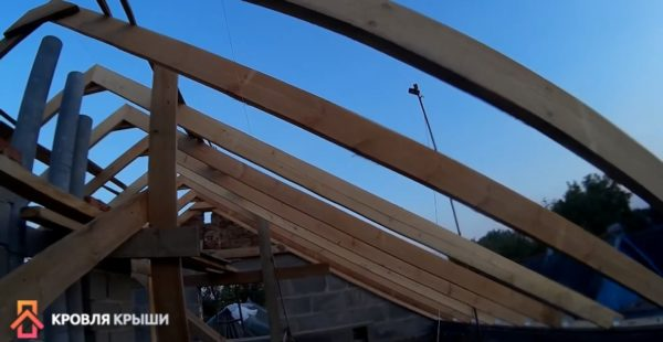 Еще одно фото установленных стропил двускатной крыши