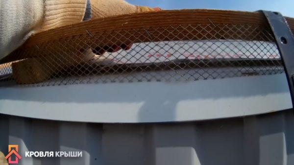 На фото показано, где крепить сетку
