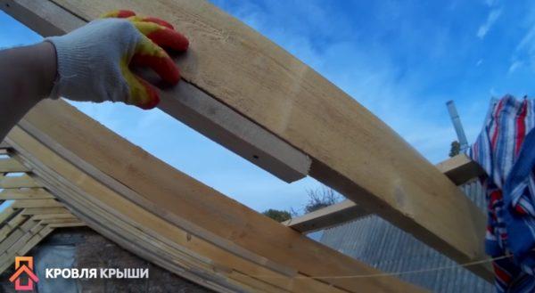 На фото показано, как прибивать рейки