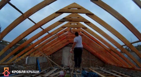 Процесс обработки деревянных стропил
