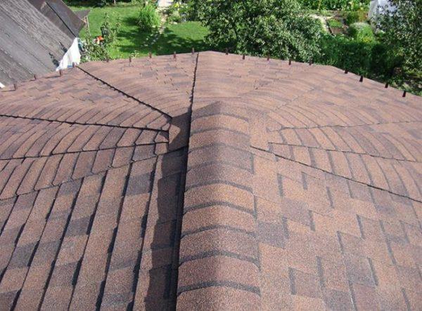 Гибкую черепицу укладывают на крыши с уклоном более 12°
