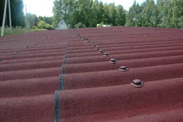 Каждый лист ондулина фиксируют 20 гвоздями и более