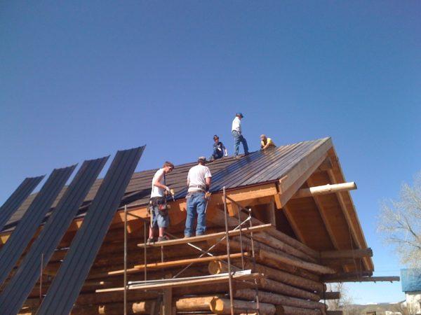 Не стоит пытаться поднимать профлист на крышу в одиночку, это может быть опасно