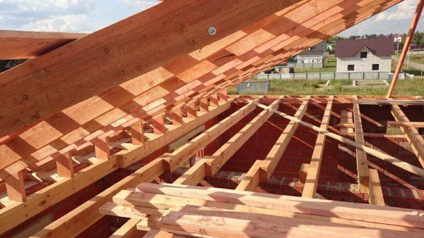 Пиломатериалы для строительства крыши стоит выбирать максимально качественные