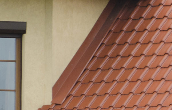 Примыкание металлочерепицы к стене, на фото планка примыкания