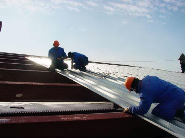 Важно соблюдать технику безопасности при работе на крыше