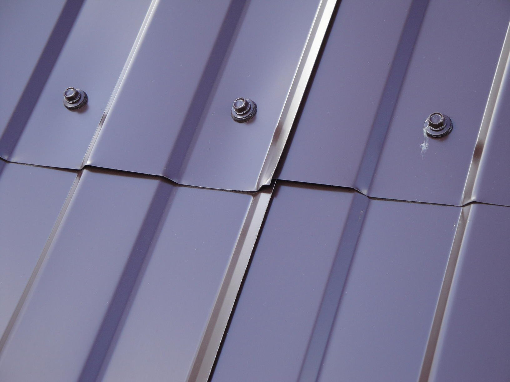 как крепить металлопрофиль на крыше саморезами фото