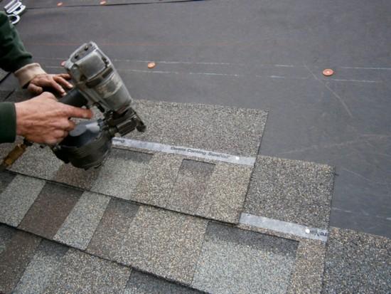 Самоклеющуюся полосу на плитке необходимо подогревать строительным (тепловым) феном при температуре окружающей среды ниже +10°С