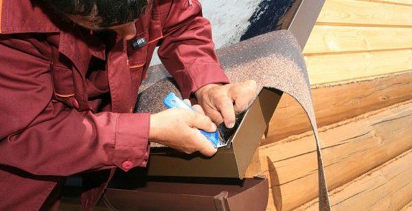 Чтобы исключить повреждение целостности кровли, резать материал на крыше следует на специально подложенной дощечке