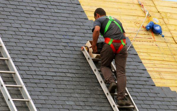 Для перемещения по скату крыши следует использовать специальные лазы