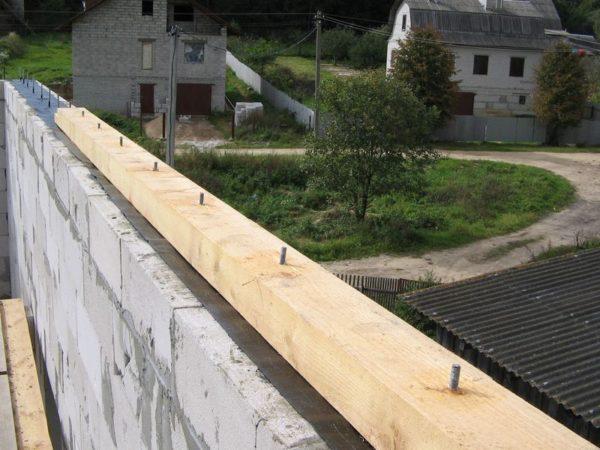 Мауэрлат необходим для равномерного распределения нагрузки на стены дома