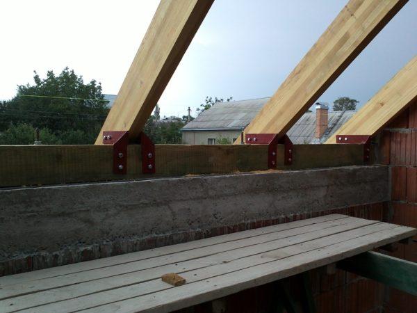 Назначение мауэрлата – распределение сосредоточенной нагрузки, передаваемой точками опирания стропил на всю площадь верхней части стены