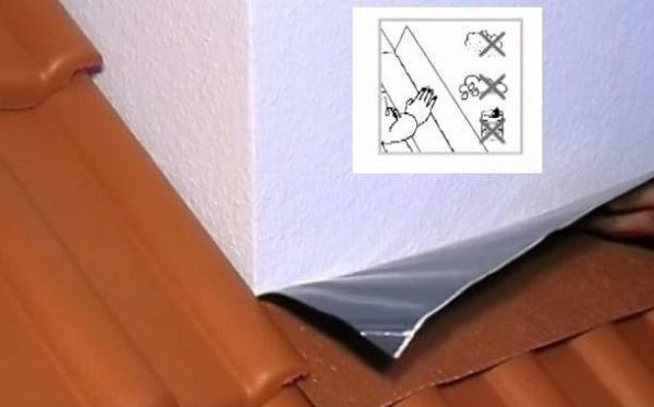 Наклеивают отрезок ленты в нижней части