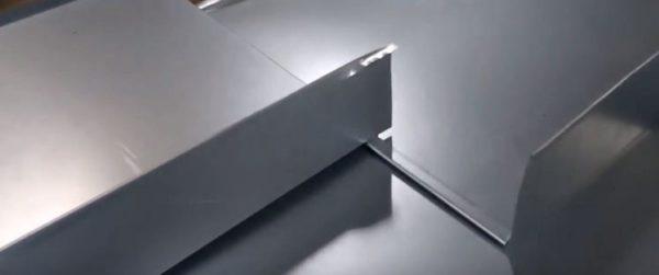 Отгибают часть фальца на 2-3 см