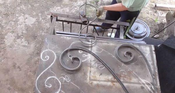 С помощью устройства для гибки изготавливают поочередно все элементы декора