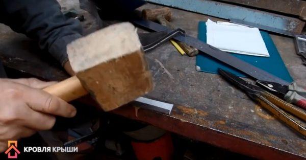 На ножках делают подгибы - фальц