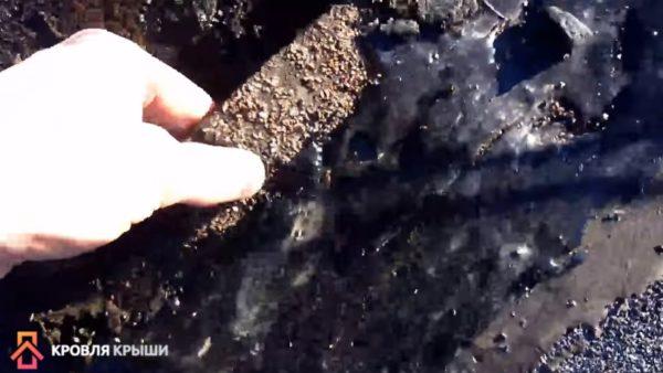 Покрытие лучше всего простучать пальцами, осмотреть куски, которые отходят от основного покрытия