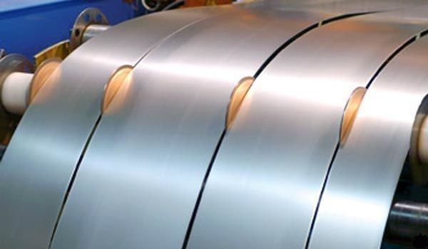 Для заготовок костылей сталь из рулона режется на полосы