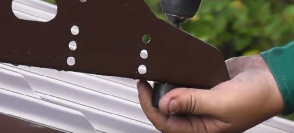 Снизу на саморезы надевают резиновые прокладки