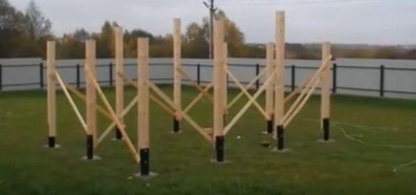 Столбы укрепляют временными раскосами