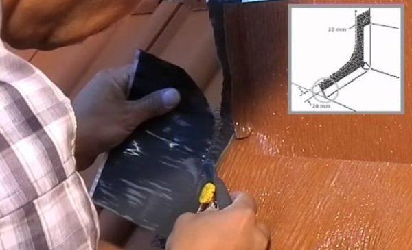 Ножом срезают излишки ленты