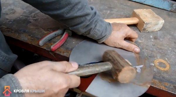 Подгибы для фиксации конуса делают молотком