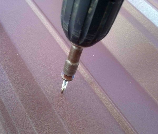 Крепить металлический шифер к оцинкованному профилю удобнее всего специальными саморезами для профлиста