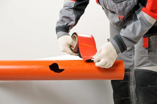 Защитный слой снимают с ленты непосредственно перед приклеиванием