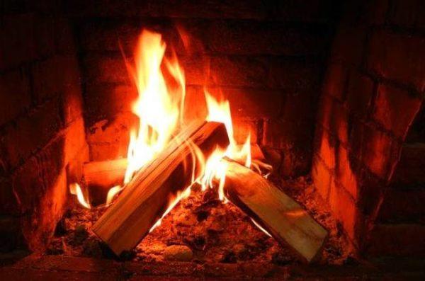 Если в печи или камине применяется твердое топливо, важно, чтобы оно было сухим