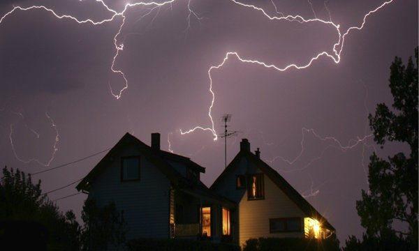 Если здание располагается на переувлажненном грунте, стоит установить молниеотвод