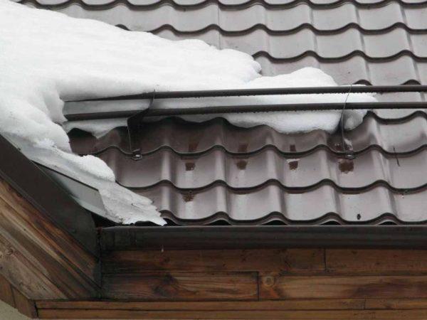 Снегозадержатели защищают водосток от излишней снеговой нагрузки