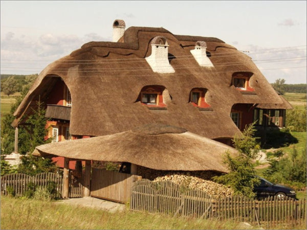 Камыш на крыше способен выдерживать любые атмосферные явления и резкие перепады температур