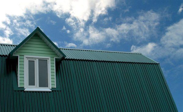 Конек на вершине крыши придает всему строению законченный вид