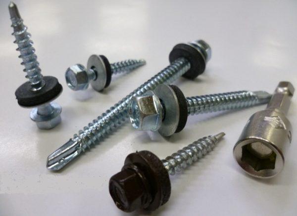 Размеры крепежей подбирают в зависимости от веса скрепляемых материалов