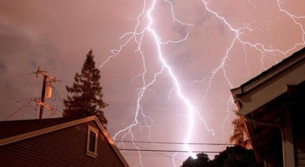 Молниеотвод защищает электропроводку дома