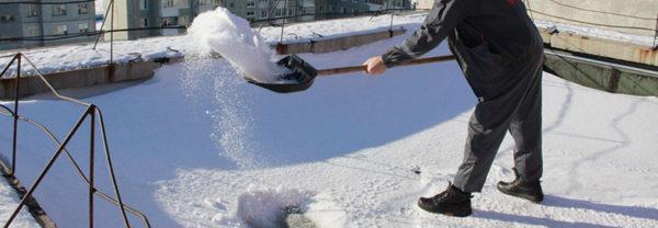 На плоскости крыши скапливается большое количество снега