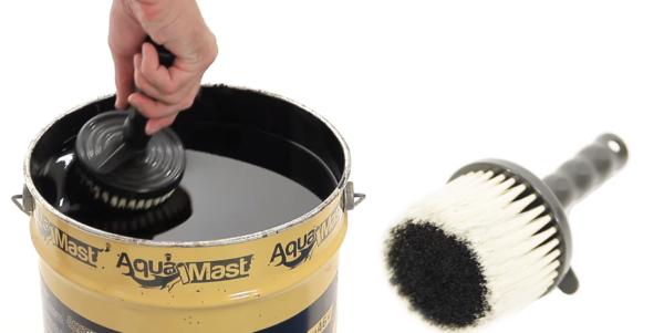Самый популярный инструмент для нанесения мастики – кисть или валик