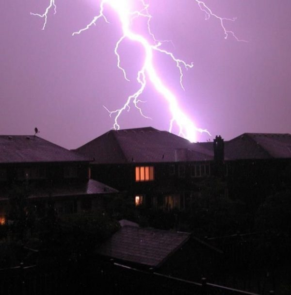 Удар молнии в крышу дома