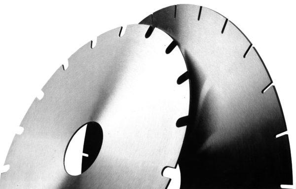 При разрезании шифера в больших количествах гораздо практичнее использовать алмазные диски по бетону