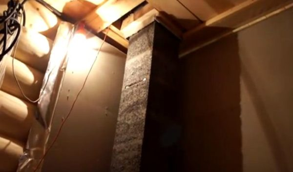 Блоки и части трубы монтируют до выхода на крышу